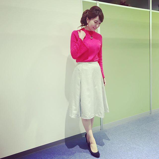 『ももち浜ストア』衣装☆ビビッドなピンクは画面映りも華やかになります☆#ピンクニット #華やかニット#袖ふわニット #袖広がり#腕細見え#ライトグレースカート #グレースカート #冬スカート#冬コーデ #黒パンプス#ニット #スカート #ピアス#M.i.e#ミーナ天神#アナウンサー衣装 #tnc #アナウンサー