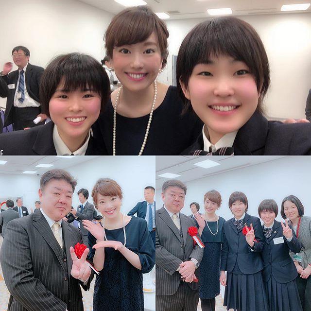 """中村学園女子高校剣道部!おめでとう!!! 毎年、西スポから、九州のスポーツ界で活躍、貢献した方や団体に贈られる『西日本スポーツ賞』☆私はここ数年、表彰式と祝賀会の司会をさせて頂いています☆☆☆ 写真は、受賞された中村学園女子高校剣道部の皆さん☆何年か前に取材させて頂いたことがありますが、岩城監督は、初め恐そうだなと正直少しビビっていたのですが(笑)、実際はとても優しく、厳しさの中に深い愛を感じ、それが選手の皆さんの集中力や剣道に向き合う気持ち、そして見事な結果に繋がっているのだと思いました。選手の皆さんは、挨拶も大きな声でしっかりできて、礼儀も正しく、本当に大人が見てもカッコイイ高校生です☆一方で練習が終わると、女子高生らしい可愛い一面も見せてくれて、今回写真に写っている2人も、おしゃべりしていると、とてもお茶目で可愛かったです☆(^-^)3年生の2人は、4月からそれぞれの進路に進むようです☆中村学園女子高校剣道部""""魂""""で、これからも頑張って欲しいと思います(^-^)☆ とても刺激をいただいた1日でした☆西スポ賞受賞、本当におめでとうございます(^-^) #西スポ賞#西日本スポーツ賞#西スポ #西日本スポーツ#西日本新聞#受賞 #おめでとうございます#中村学園女子高校剣道部#中村学園女子高校 #剣道部 #剣道#岩城監督#剣道女子#可愛い #カッコいい #レベチ #ジゲチ#JKに教えてもらった#若者言葉#レベルがちがう#次元が違う#はぁ〜#勉強になります !!!"""