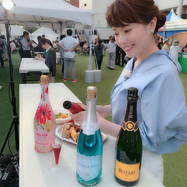 """天神でスパークリングワイン!昨日の『ももち浜S特報ライブ』、ご覧いただけましたか?昨日開幕したスパークリングワインの祭典『フェスタ・ディ・スプマンテ福岡2019』の会場から、生中継でお伝えしました!ステージでのシャンパンサーベルもカッコよかったですし、見た目にも美しいブルーのスパークリングワインや、ソムリエ厳選の貴重なスパークリングワインなど、10ヶ国45種類の『泡』が並んでいて、どれも目を惹くものばかりでした(o^^o)私もいくつかいただいてみましたが、『天使のロッソ』というスパークリングワインが、甘口フルーティーで美味しかったです(o^^o)♡ 辛口好きの先輩には、『まだまだお子ちゃまだな』と言われましたが笑笑乾杯だけでなく、色々なお料理にも合う!のがスパークリングワインの魅力だそうなので、会場のフードブースのお料理と一緒に、""""泡""""を楽しんでみてください(o^^o)☆ #ももち浜s特報ライブ #生中継 #福岡市 #天神 #福岡市役所 #福岡市役所西側ふれあい広場#スパークリングワインの祭典#フェスタディスプマンテ福岡2019#フェスタディスプマンテ#5月26日まで#スパークリングワイン #泡#シャンパンサーベル#天使のロッソ#屋外で飲むのがまた気持ち良い"""