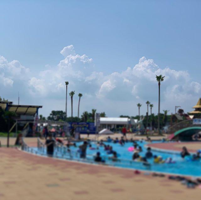 プールも熱中症には気をつけて!今日も暑いですね(>_<)サンシャインプールへ行くと、オープンと同時に大勢の方々で賑わっていました!こんな暑い日はプールですよね!でも、プールは冷たいし、安心!と油断していませんか?!実は、プールでも、熱中症には注意が必要なんです!今日の夕方『ももち浜ストア特報ライブ』でお伝えします!#ももち浜s特報ライブ #夕方ニュース#4:50から放送#サンシャインプール#プール入りたい#福岡プール#プールも熱中症には気をつけて#熱中症 #油断は禁物#インタビューに応えてくださった方#つかもと内科#ありがとうございました