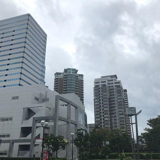 台風、大丈夫ですか?(>_<) 今日は午後2時から、急遽『台風特番』をお伝えしました。私は、福岡タワー前から中継でしたが、雨も風も弱く、嵐の前の静けさといった感じで、普段風が強い場所なだけに、静かすぎて怖いくらいでした。そして、新垣調べですが、福岡に観光に来ている方には大変申し訳ないのですが、【福岡タワー】は、午後1時から休館です。周辺のお店なども、お休みだったり、早めに閉店する予定だそうです。(TNC放送会館のマクドナルドも午後5時閉店だそうです!) これから雨も風も(特に風)が強くなると、気象予報士の益山さんも話していましたので、出来るだけ、不要不急の外出はされないようにお願いします(>_<) 今大したことなくても、油断をしていると大変なことになるかもしれません(>_<)宮崎では、竜巻とみられるものも発生したそうです!今のうちに、ベランダなどの飛ばされやすいものは、室内に移動させたり、雨戸を閉めたり、対策をしておくと安心です!私も安全を確保しながら、今日は随時、中継やリポートで皆さんにお伝えできるようにスタンバイしています。どうか皆さん、早めの台風への備えをお願いしますね(^-^) #台風#台風特番#台風への備え#今日はできるだけ#家でのんびり#早めの帰宅#飛ばされやすい物は室内へ #カーテンは閉めて #窓ガラスが割れたら危険です#福岡タワー#臨時休館#臨時休業#皆さんどうかお気をつけください