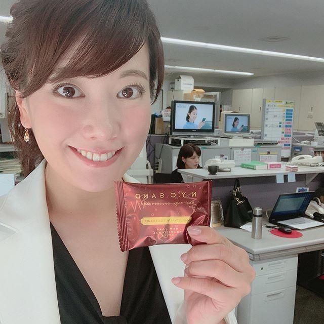 これ、大好きです♡あの【N.Y.C.SAND】が、10月16日から22日まで期間限定で、福岡の大丸にくるらしいです(^.^)☆ 私が持ってるのは、秋季限定の『N.Y.メープルウォールナッツキャラメルサンド』☆中から溢れ出るとろとろキャラメルにメープルの香り☆ウォールナッツの上品なコクと甘みに、くるみのほどよいナッツ感が秋の訪れを感じさせてくれます(^-^) 紅茶にあう〜♡ でした!今日は大丸に『理由ありバーゲン』の取材に行ったのですが、お土産にいただいちゃいました(o^^o)ありがとうございます!!! 戻ってきてアナウンス部に一箱お土産に置いておいたのですが、さっき見たらもう残り1個でした!  早っっっ!!! 争奪戦です!笑笑是非皆さんも秋限定の味、召し上がってみてください☆#大丸福岡天神店#nycsand #バターサンドクッキー#とろとろキャラメル#秋季限定#NYメープルウォールナッツキャラメルサンド#8個入#税込1,620円#これ好き#大丸 #博多大丸#理由ありバーゲン#tnc #アナウンサー
