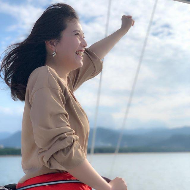 未来に、翔け!!! みたいな写真になりましたが、実際は、 『海賊王に、俺はなる!』 と言いながら撮った写真☆先日、素敵なヨットに乗せていただきました(o^^o)曇りの予報でしたが、どなたかの日頃の行いが良かったのか?お天気も良く、気持ちの良い青空の下、小戸のヨットハーバーから出発☆風も気持ち良くって、百道浜の海から眺める福岡タワーやTNC、ヤフオク!ドームは、いつもとまた違った景色に見えました(^-^) 夕陽がだんだん沈む空のグラデーションも綺麗で、なんというか、地球の美しさを感じました!!! 海も空も、改めて広かったです!!! また、風を読みながら帆を張ったり舵を切ったりするヨットの面白さも、教えていただきました(^-^) 以前、タモリさんのヨット大会『タモリカップ』の司会をさせていただいていた御縁で、今回貴重な体験をさせていただきました(^-^) いつか私もヨットマン、ヨットウーマンの仲間入りをしてみたいです☆ 『May be』の吉川さん!ありがとうございました(o^^o)☆ #ヨット#ヨット体験#ヨットクルージング#ヨットクルージング体験#ヨットマン #ヨットウーマン#maybe#吉川オーナー#ありがとうございました#タモリカップ #ヨット大会#未来に翔け#海賊王に俺はなる #ONEPIECE#百道浜#いつもと違った景色#地球は広い#世間は狭い#tnc #アナウンサー